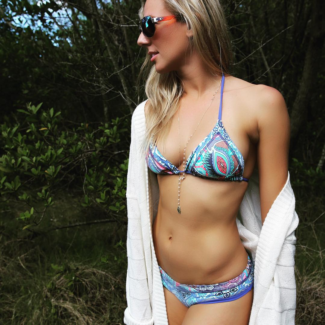 Lindsey Bell Bikini Pictures with Nipple Pokies (9 pics)
